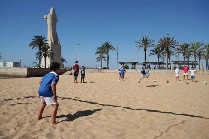 Más de 150 niños han pasado ya por el Campus de Fútbol Playa organizado por el Recreativo