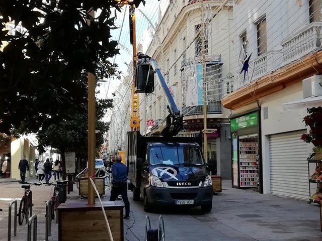 Operarios de Ximénez Group montan el espectáculo de luz y sonido navideño de Córdoba en 2019, en una imagen de archivo.