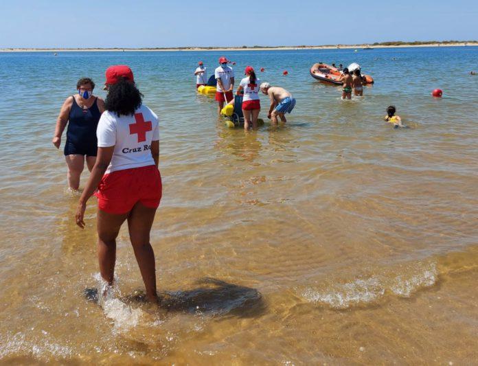 Más de 130 personas con discapacidad han podido bañarse en la playa con el Programa 'Un Baño sin Barreras'
