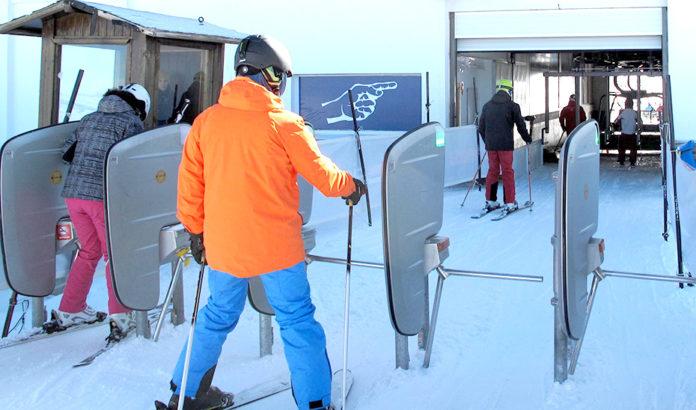 Un esquiador se acerca a los tornos de acceso a los remontes. / Foto: Junta de Andalucía.