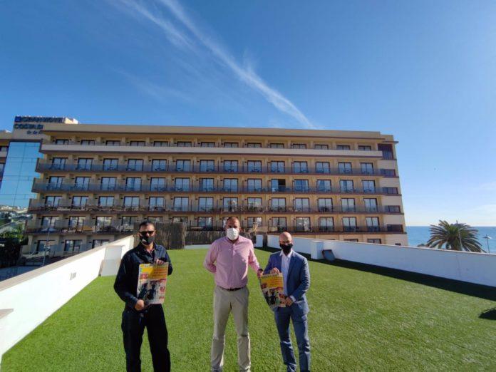 Los balcones de un hotel de Mijas convertidos en gradas de un concierto de rock