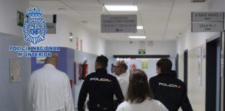 Un vigilante y un celador socorren a una mujer agredida por su pareja en el Hospital