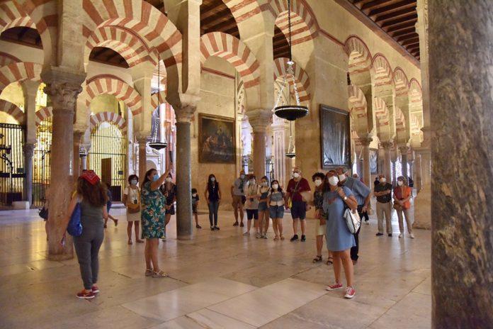 Un grupo de turistas en la Mezquita-Catedral. / Foto: Cabildo Catedral de Córdoba. / Europa Press.