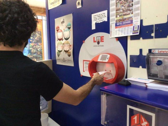 Un apostante en una administración de loterías. / Foto: Archivo. / Europa Press.