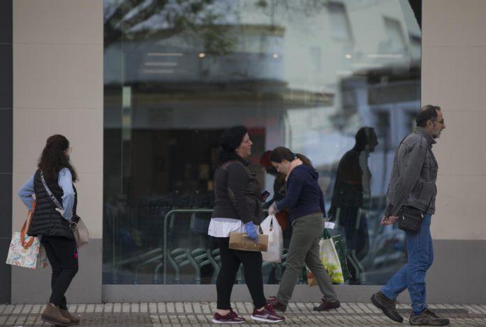 Algunas personas sin mascarilla guardan cola en un supermercado durante el día 34 del estado de alarma en el país por la crisis del coronavirus. / Foto: Archivo. / María José López. / Europa Press.