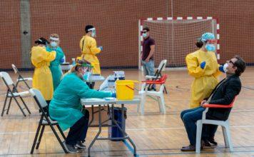 Sanitarios trabajando durante las pruebas de cribado de covid-19 con test de antígenos en el pabellón deportivo de 'El Paraguas'. / Foto: Eduardo Briones. / Europa Press.