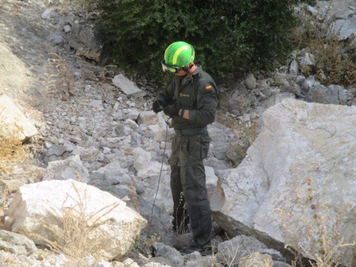 Un artificiero de los Tedax-NRBQ trabaja en la desactivación del proyectil. / Foto: Archivo / Guardia Civil. / Europa Press.