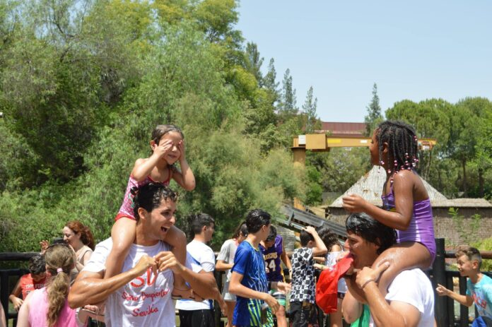 Niños y voluntarios durante una excursión a Isla Mágica. / Foto: Fundación Soñar Despierto Sevilla.