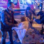 Efectivos de urgencias y vecinos suman esfuerzos en el incendio de una residencia en Sevilla