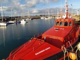 Rescatan una embarcación con dos jóvenes arrastrada por los fuertes vientos