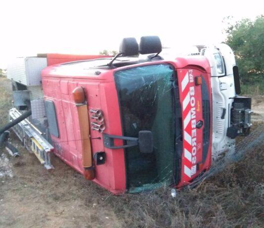 Vuelca un camión de bomberos en servicio sin dejar heridos graves