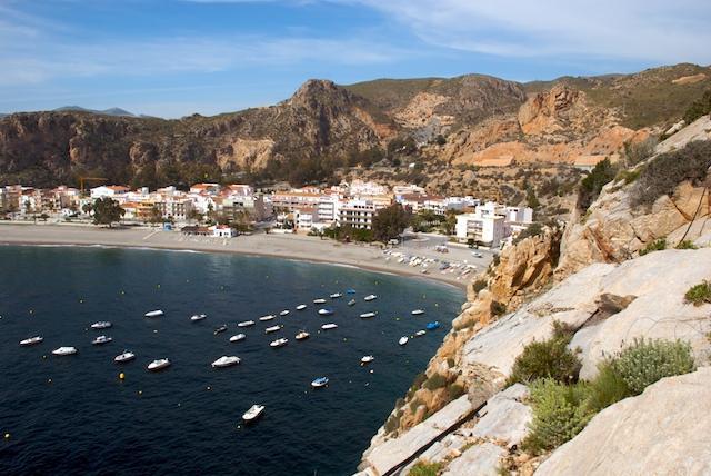 ¿Urbanas o perdidas? 11 playas de Granada donde plantar la sombrilla