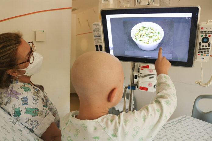 Pacientes del Virgen del Rocío seleccionan su menú a través de pantallas táctiles