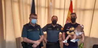 Guardias civiles salvan la vida a una bebé que se ahogaba en una piscina desmontable