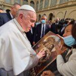 El Papa Francisco recibe un pedacito de Málaga