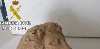 Un vecino de Sevilla entrega una piedra de Medina Sidonia que tenía guardada