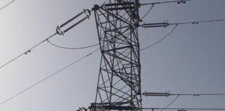 Bomberos rescatan a una persona subida a una torre de alta tensión en Málaga
