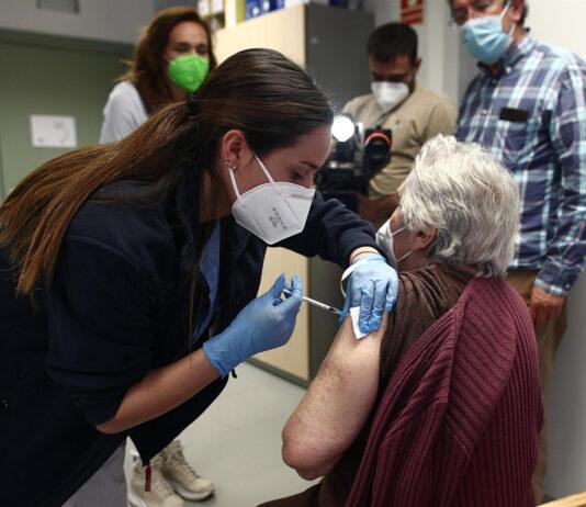 Aprobada la tercera dosis de la vacuna a residentes en centros de mayores