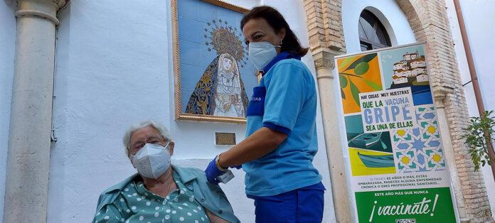 Usuarios de residencias de mayores y centros de discapacidad reciben la vacuna de la gripe
